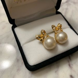 Jewelry - Gold and pearl bow earrings